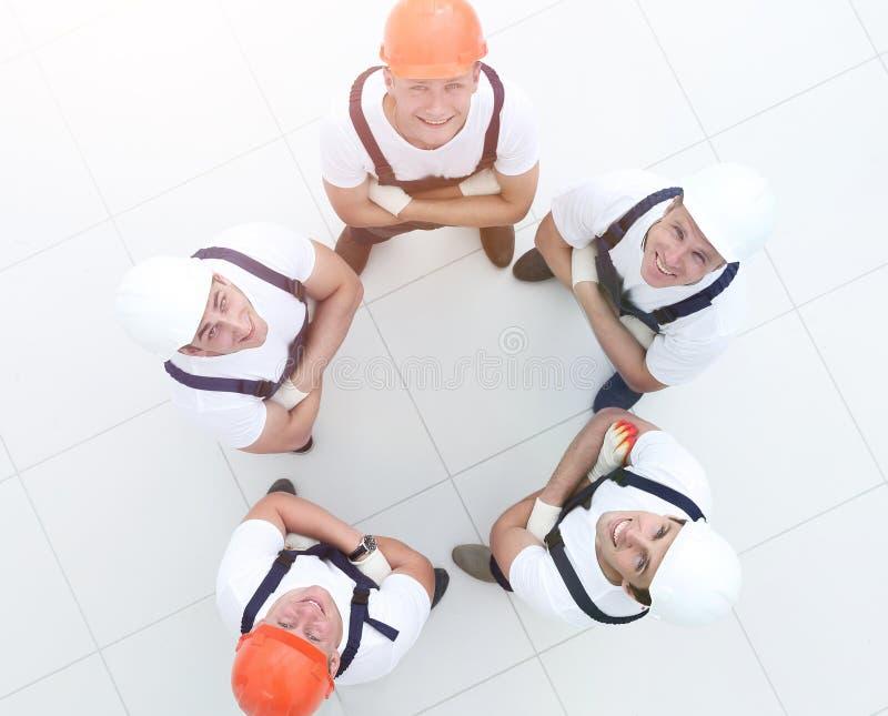 Byggnad, teamwork, partnerskap, gest och folk royaltyfri fotografi