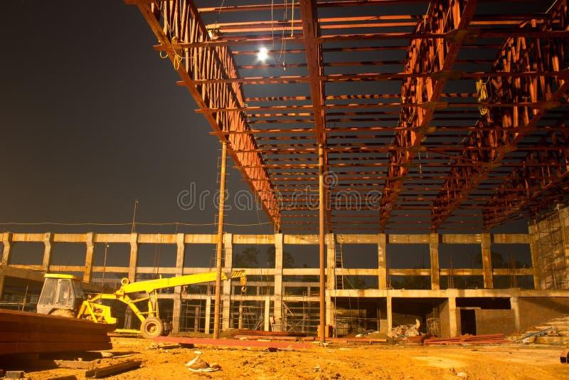 Byggnad under konstruktion, nattplats arkivbild