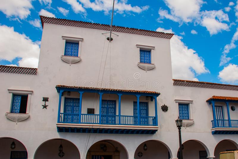 Byggnaden av Ayuntamientoen i den centrala parquen Cespedes, Santiago de Cuba, Kuba royaltyfria foton