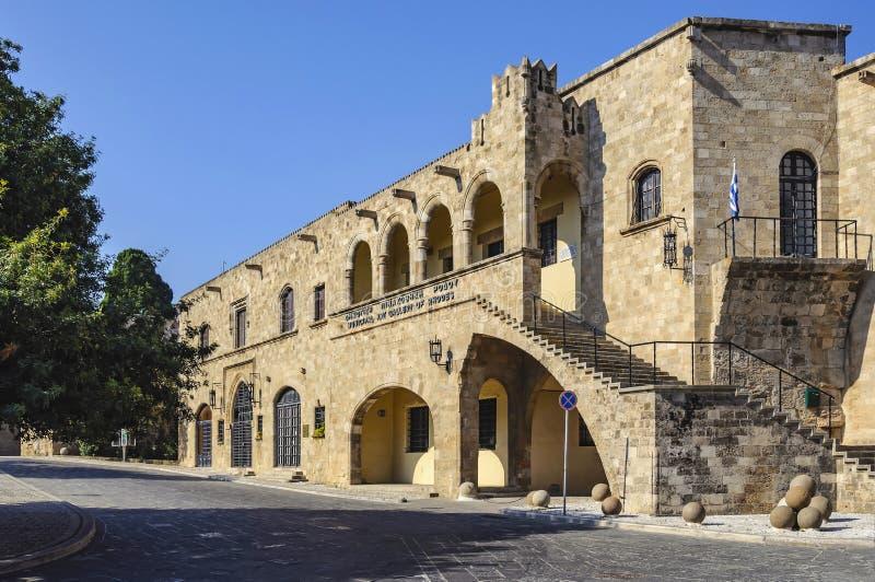 Byggnaden av den kommunala konstgallerit i den gamla staden Rhodes Grekland arkivbild