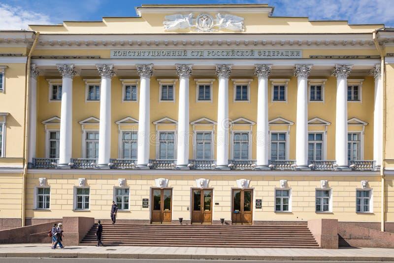 Byggnaden av den konstitutionella domstolen som är från den ryska federationen i den tidigare senatbyggnaden i St Petersburg royaltyfri foto