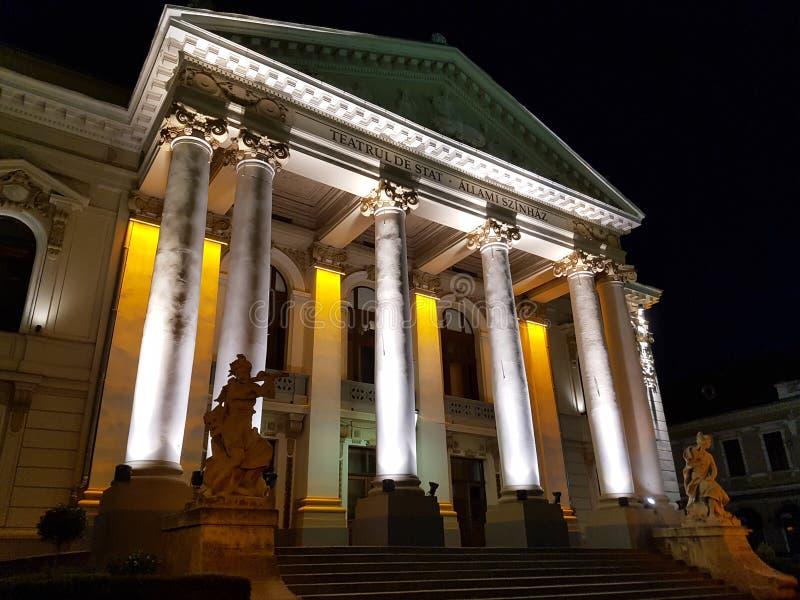Byggnaden av den nationella teatern i Oradea på natten, Rumänien royaltyfri foto