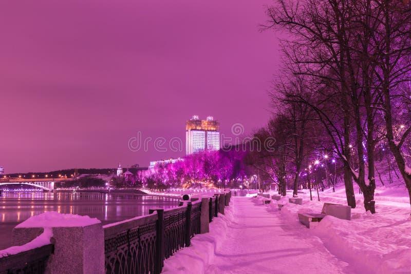 Byggnaden av den ryska akademin av vetenskaper i Moskva i den molniga vinteraftonen eller natten, sikt från invallningen av M royaltyfri fotografi