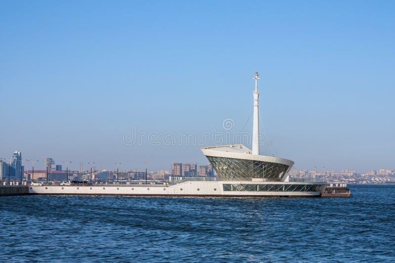 Byggnaden av fyren i Baku Bay på ingången till hamnstaden royaltyfria bilder