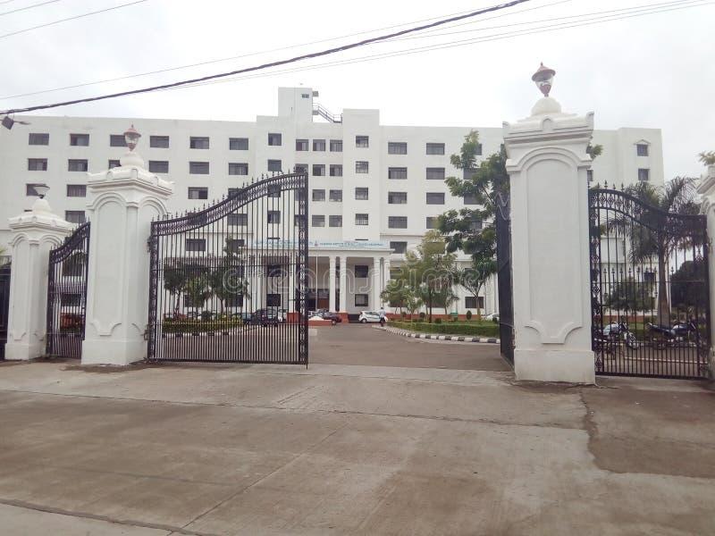 Byggnaden av Gulbarga den medicinska högskolan royaltyfria foton