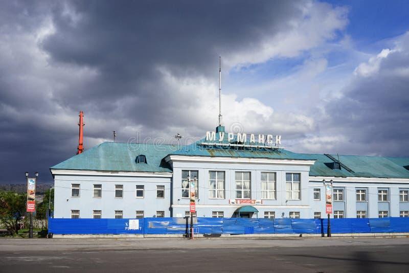 Byggnaden av hamnstaden mot den blåa himlen arkivbild