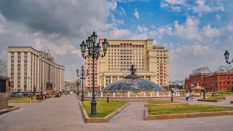 Byggnaden av tillståndsDumaen och hotellet 'de fyra säsongerna, Manezh fyrkant, Moskva fotografering för bildbyråer