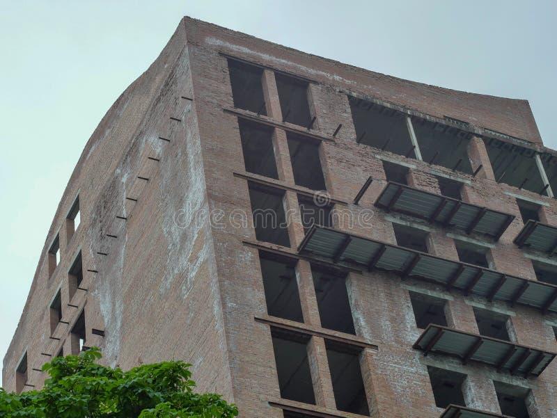 Byggnaden byggs av tegelsten med kränkningar av byggnadskoder arkivbild