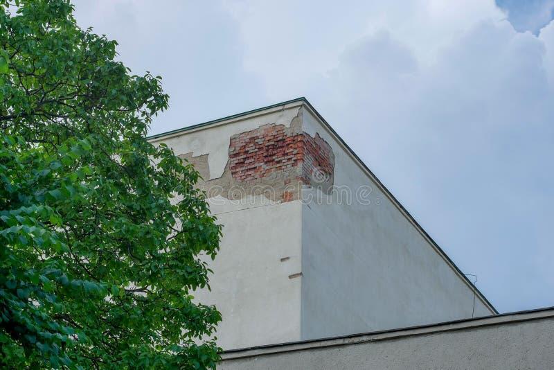 Byggnaden byggs av tegelsten med kränkningar av byggnadskoder royaltyfria foton