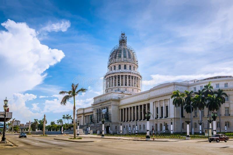 Byggnaden för KapitoliumEl Capitolio - havannacigarr, Kuba arkivbild