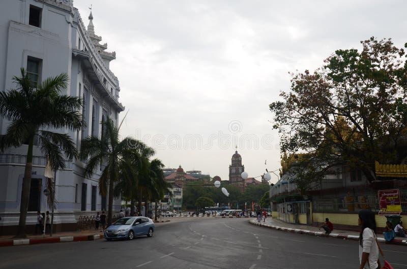Byggnaden nära vid Sule Pagoda eller Sule Paya Yangon arkivbilder