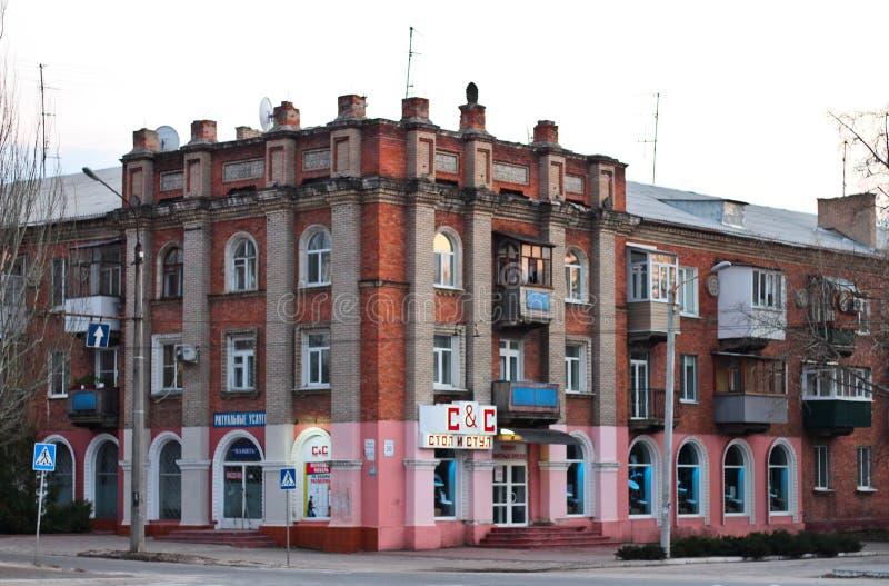 Byggnaden på den centrala fyrkanten i Severodonetsk, Luhansk region, Ukraina Aftoncityscapesolnedgång royaltyfria foton