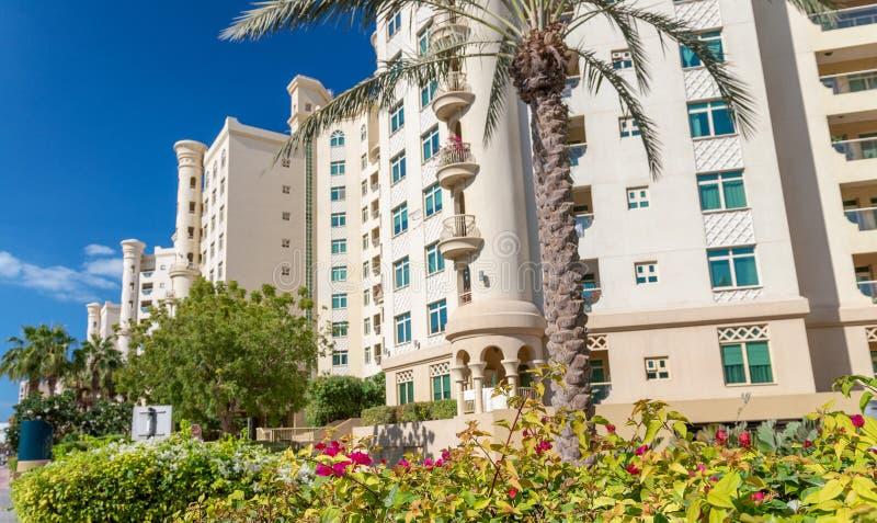 Byggnader av Palm Jumeirah ön på en solig dag royaltyfria foton