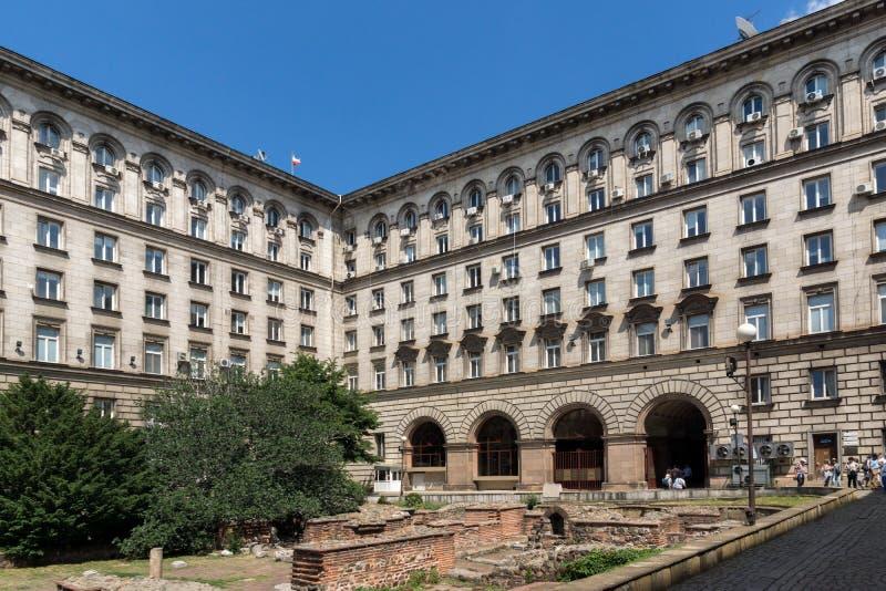 Byggnader av presidentsämbetet i mitten av staden av Sofia, Bulgarien royaltyfri bild