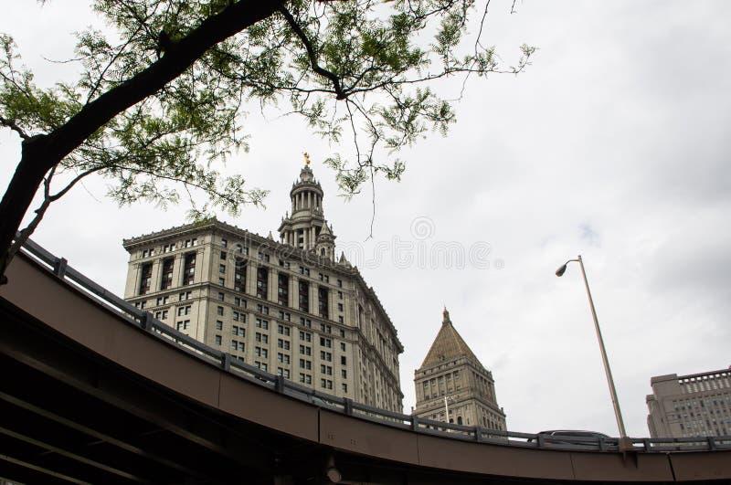 Byggnader bak den lyftta motorvägbron fotografering för bildbyråer