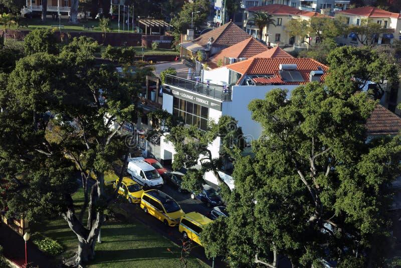 Byggnader, bilar och lokal gata från över in Funchal, madeira arkivbilder