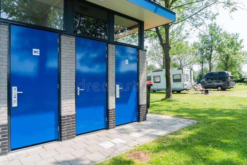 Byggnader för mobila parkeringsplatser arkivfoton