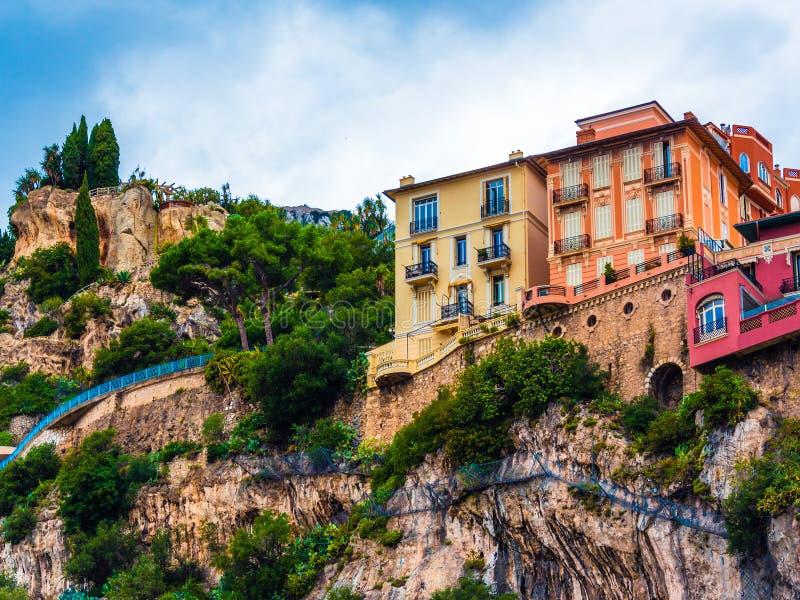 Byggnader för Monaco färgrika klippasida arkivfoton