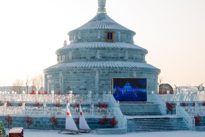 Byggnader för is och för snö för Harbin isfestival 2018 - solen till och med is - fantastiska, gyckel som åka släde, natt, lopppo royaltyfri bild