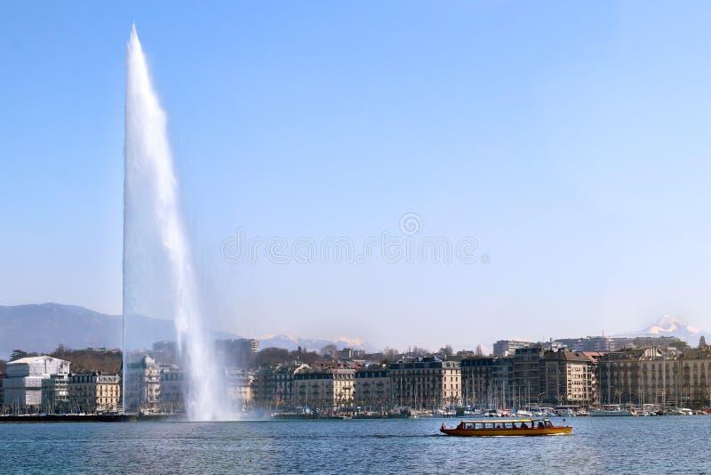 Byggnader för skepp för kryssning för cityscape för stråle för Genèvelakefrontvatten fotografering för bildbyråer