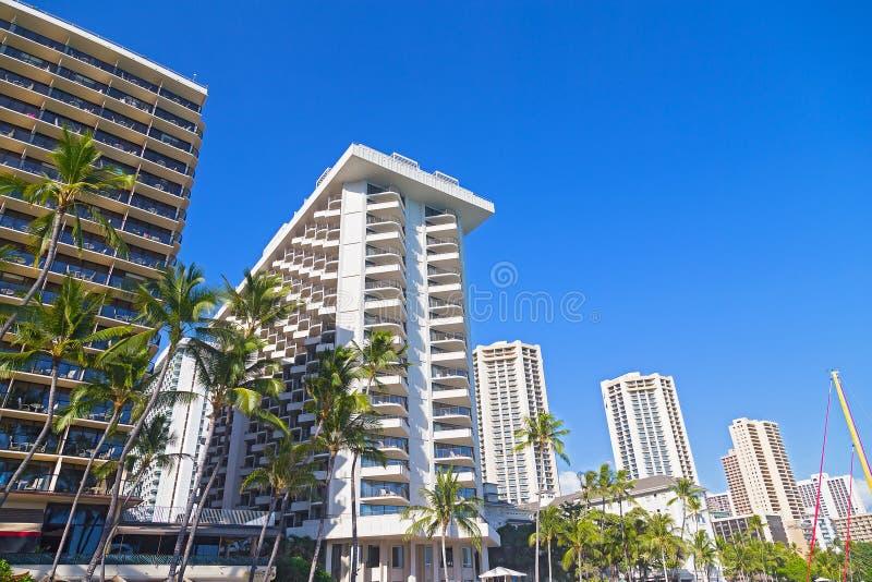 Byggnader för Waikiki strandstrand under tropisk blå himmel, Hawaii, USA arkivbilder