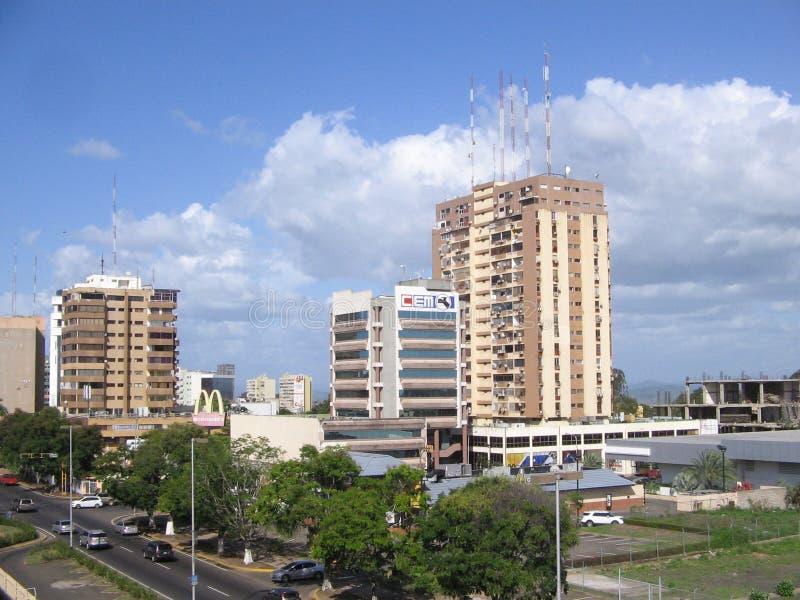 Byggnader i den Caura gatan av Puerto Ordaz, Venezuela royaltyfri fotografi