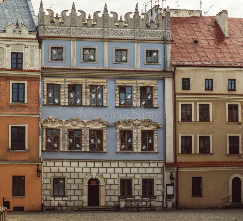 Byggnader i den gamla mitten av Lublin, Polen royaltyfria foton