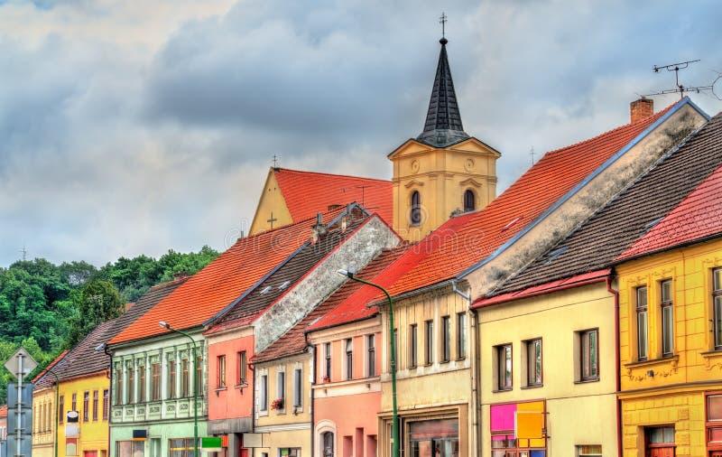 Byggnader i den gamla staden av Trebic, Tjeckien arkivfoto