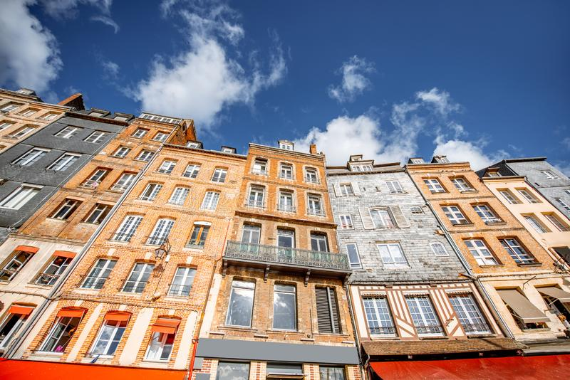 Byggnader i den Honfleur staden, Frankrike royaltyfri bild