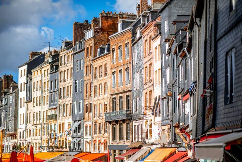 Byggnader i den Honfleur staden, Frankrike royaltyfri foto