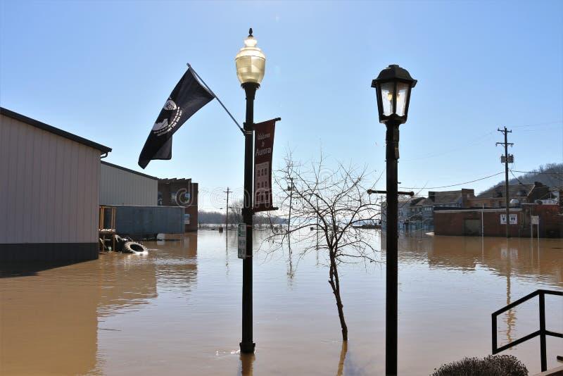 Byggnader i flodvatten i morgonrodnad, Indiana royaltyfria foton