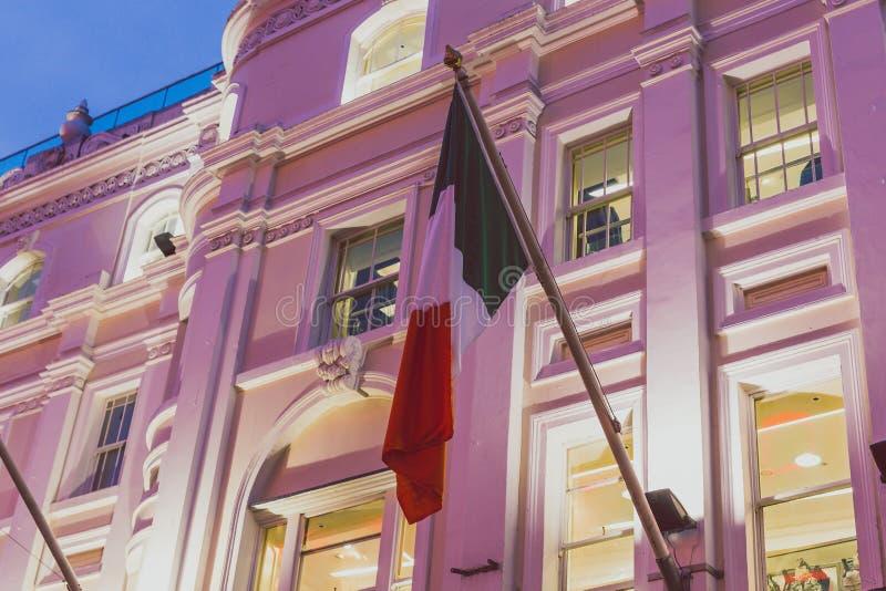Byggnader i Grafton Street i Dublin stadsmitt med färgrikt royaltyfri foto