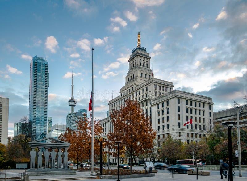 Byggnader i i stadens centrum Toronto med CN-torn- och höstvegetation - Toronto, Ontario, Kanada royaltyfri bild