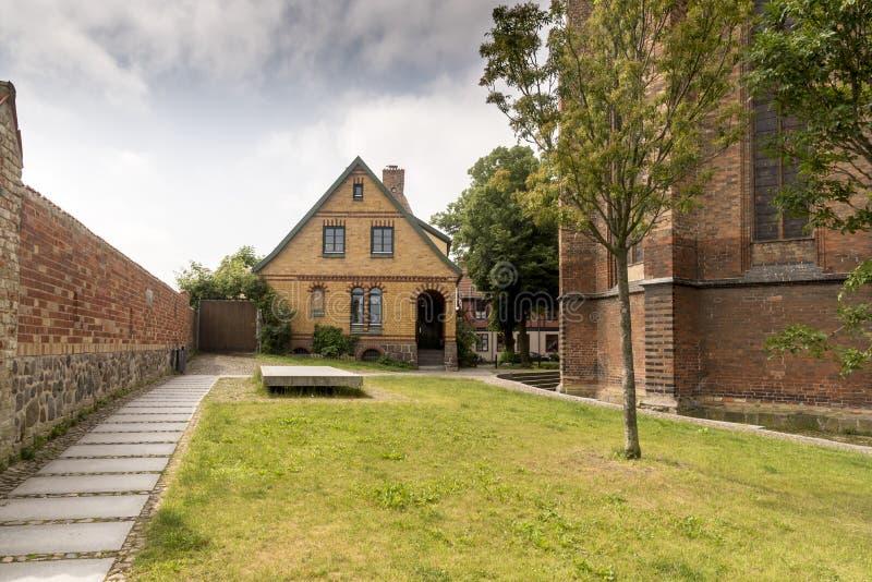 Byggnader i jordningsStets Peter kyrka, i tyska Petrikirche royaltyfri bild