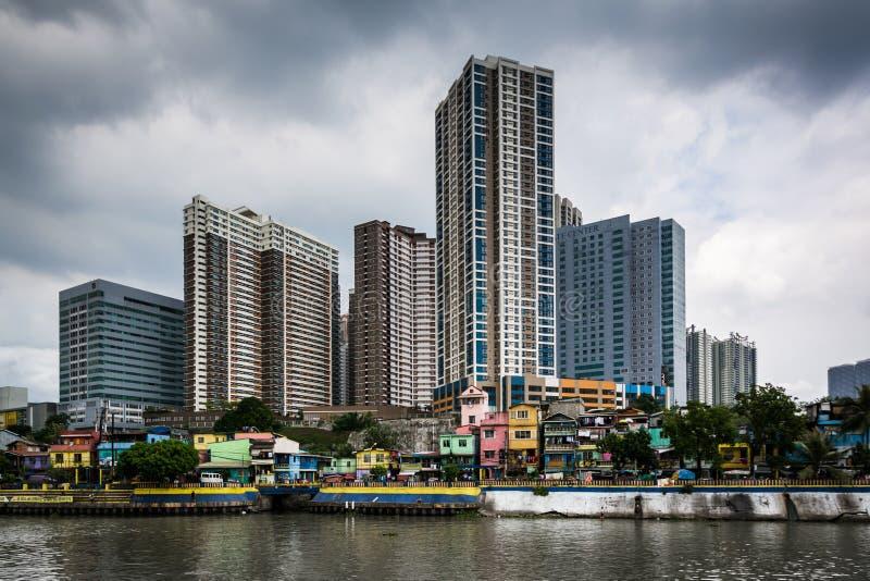 Byggnader i Mandaluyong och den Pasig floden, i Makati, tunnelbana M royaltyfria bilder