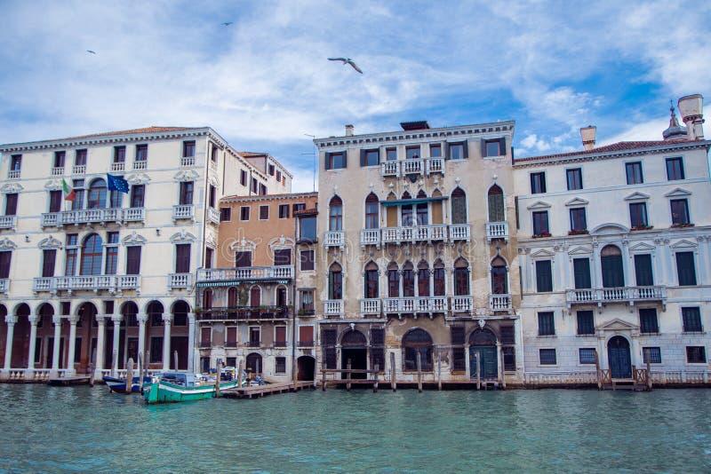 Byggnader i Venedig längs den stora kanalen royaltyfria foton
