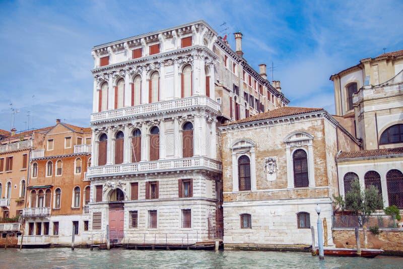 Byggnader i Venedig längs den stora kanalen arkivbilder