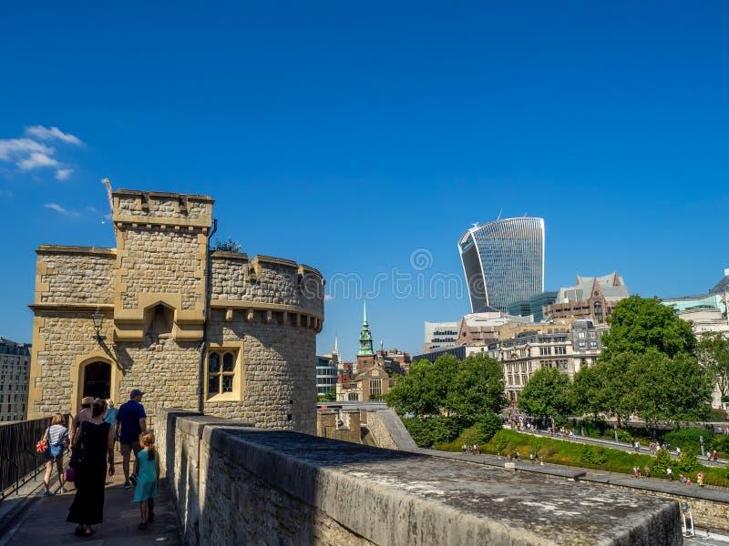 Byggnader inom torn av London royaltyfri foto