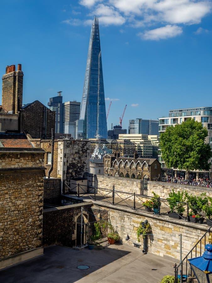 Byggnader inom torn av London royaltyfri fotografi
