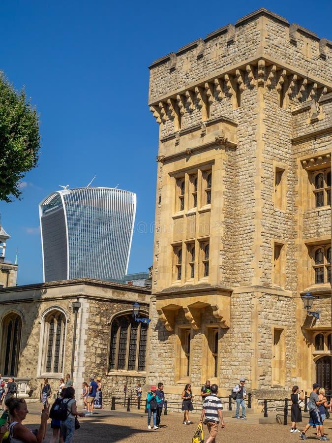 Byggnader inom torn av London arkivbilder