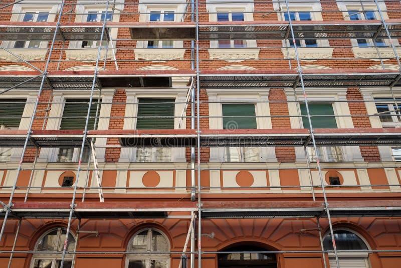 Byggnader kring gamla byggnader med rött tegel arkivfoto