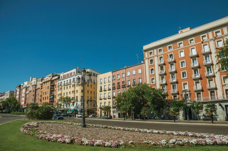 Byggnader med den färgrika fasaden på trägatan med bilar i Madrid arkivbild