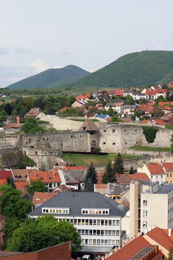 Byggnader och fästningcityscape Eger arkivfoto