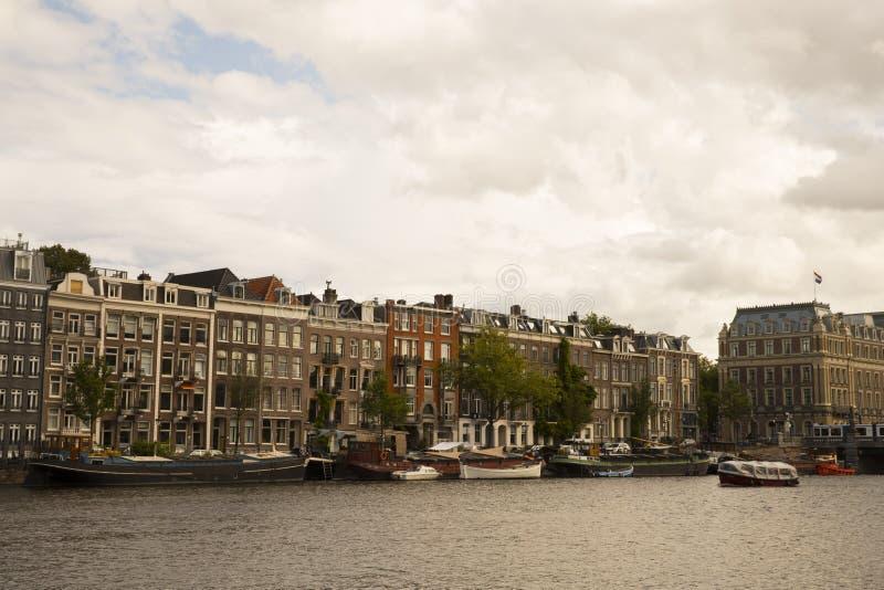 Byggnader och kanal i den Amsterdam staden royaltyfri bild