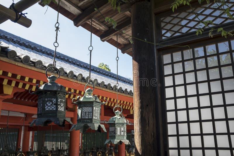 Byggnader och lyktor i forntida tempel, Kasuga Taisha, Nara, Japan royaltyfria bilder