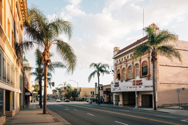Byggnader och palmträd på Main Street i i stadens centrum Santa Ana, Kalifornien royaltyfri bild