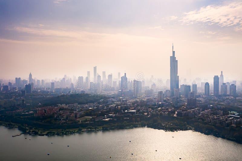 Byggnader och sjöar i Nanjing City arkivfoto