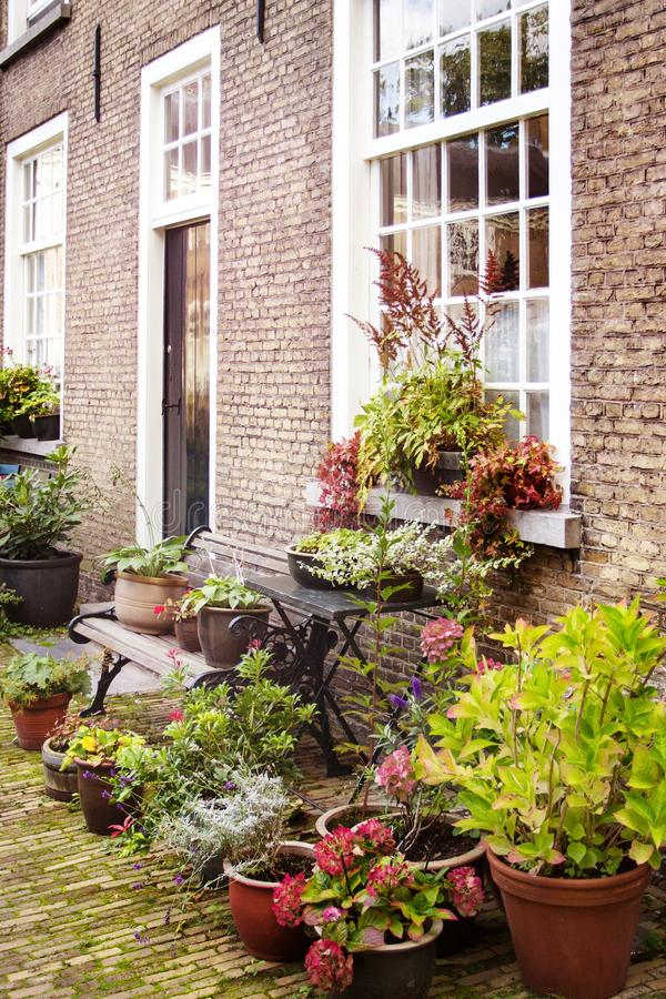 Byggnader och trädgård vid Beguinage i Breda, Nederländerna arkivfoto