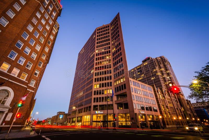 Byggnader och trafik på genomskärningen av almgatan och Chur arkivbilder