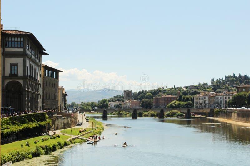 Byggnader ovanför floden florence royaltyfri bild